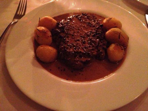 Steak au Poivre acompanhado de batatas souté no Gomide